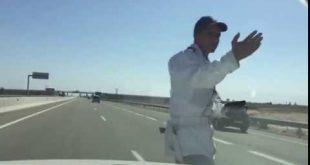 بالفيديو: الدرك يهدد حياة المواطنين ويوقفهم وسط الطريق السيار