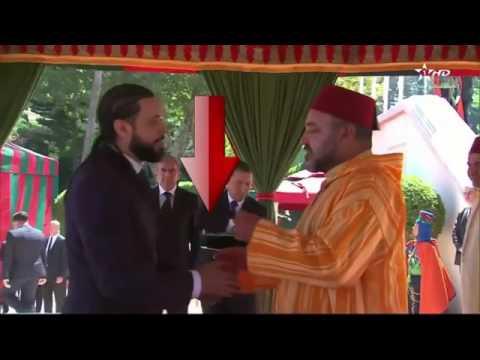 لقطة اليوم.. ارتباك عبد الفتاح الكريني أثناء التوشيح والملك يتدارك الموقف