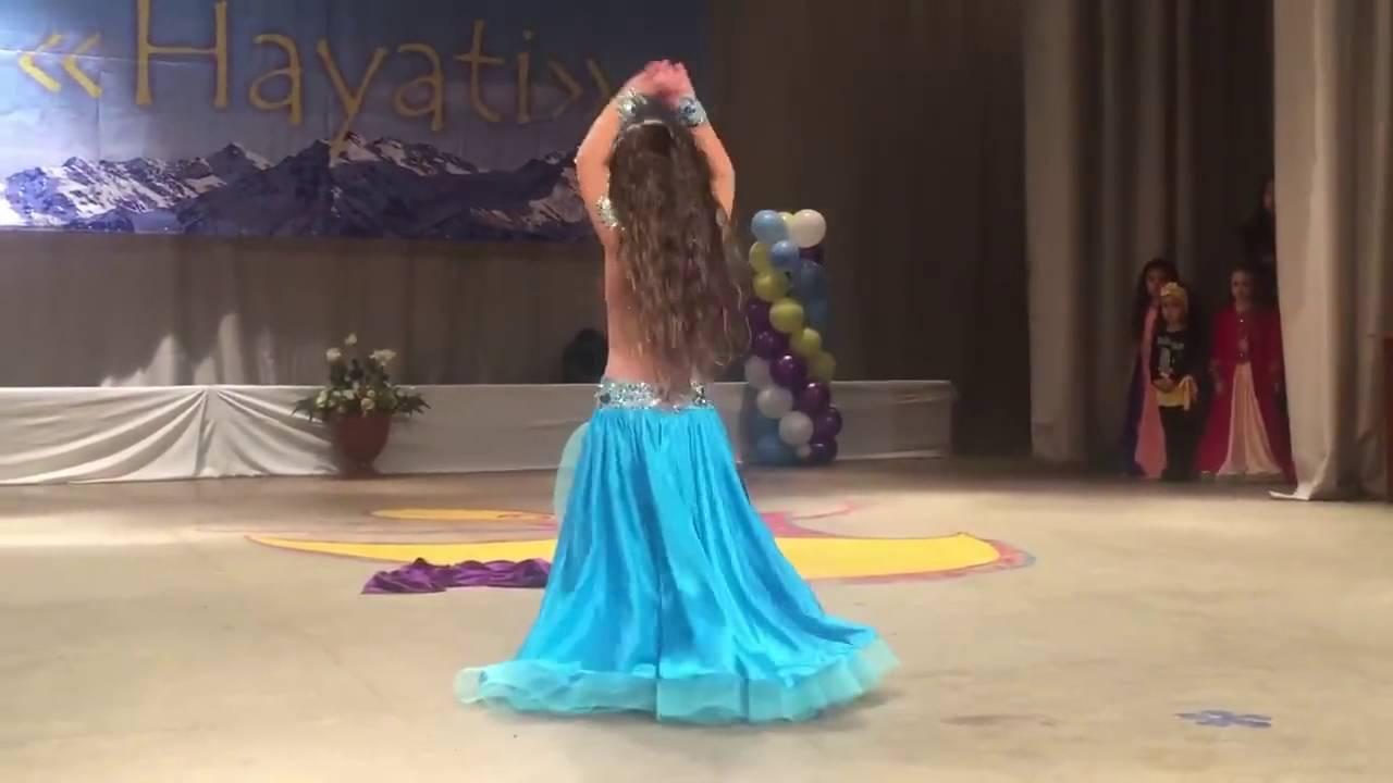 طفلة ترقص بطريقة احترافية تحقق نسب مشاهدة عالية على مواقع التواصل