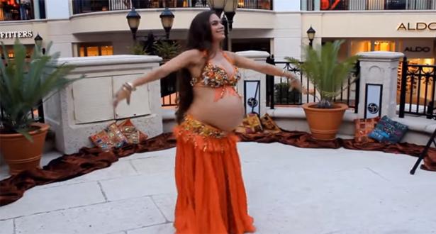 بالفيديو.. امرأة حامل تُلهب الجميع برقصها الشرقي المثير!