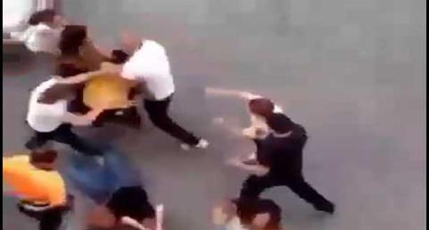 رجل يضرب زوجته بعنف و امام الملا لعدم رضوخها لأوامره