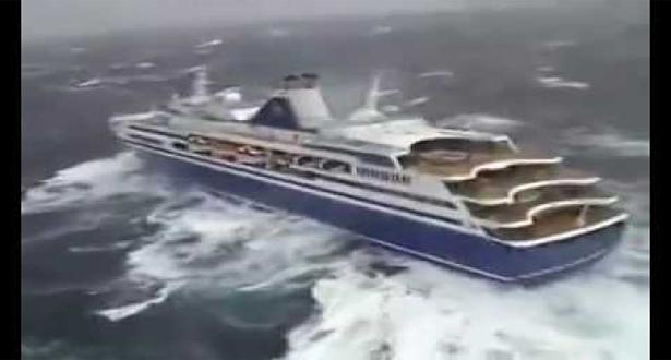 فيديو صور من مروحية الإنقاذ لسفينة إيطالية تصارع الأمواج لتغرق بعد حين