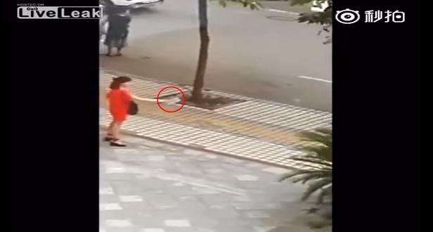 لحظة إنقاذ فتاة حاولت ذبح نفسها بساطور في الشارع