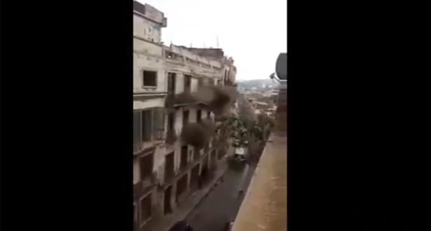 فيديو لحظة انهيار مبنى بمدينة وهران