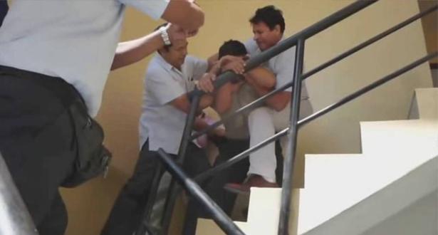 بالفيديو.. شرطي يبتلع الرشوة بعدما ضبط بالجرم المشهود