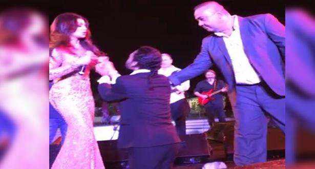 بالفيديو.. معجب بهيفاء وهبي يقتحم المسرح ويطلب يدها