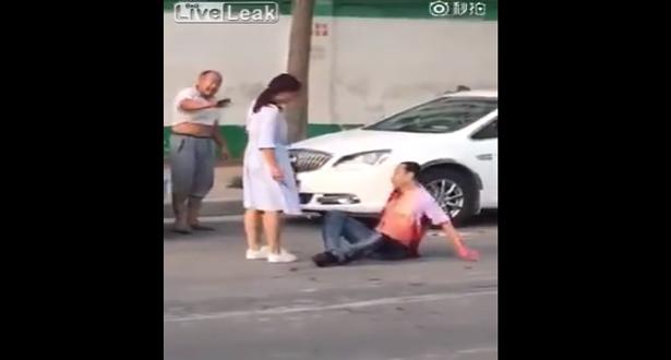 بالفيديو.. طعنته بالسكين أمام المارّة انتقاماً منها على خيانته!