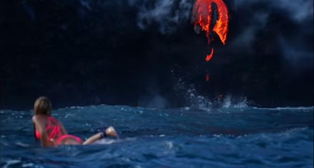 بالفيديو: امرأة مغامرة تسبح وسط الحمم البركانية