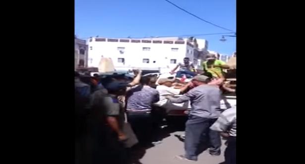 شاهد ماوقع بين الباعة المتجولين والسلطات بمدينة الحسيمة