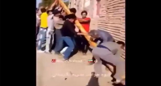 تجمعوا لرفع عمود كهربائي فصعقتهم الكهرباء جميعاً بإيران