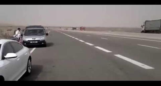 بالفيديو.. دركي جديد يوقف مواطنين في الطريق السيار السريع