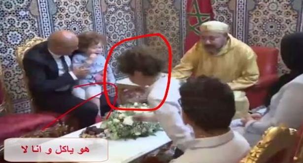 فيديو.. الطفل الذي أضحك ملايين المغاربة عند جلوسه مع الملك محمد السادس