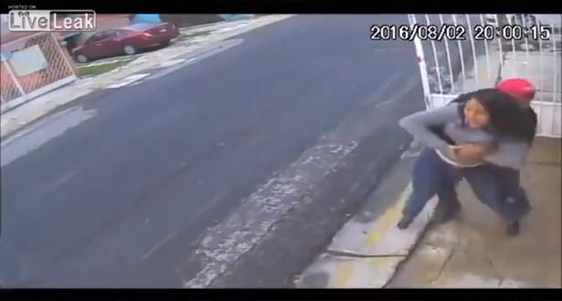 شاهد رد فعل رجل تحرشت به فتاة أمام الملأ