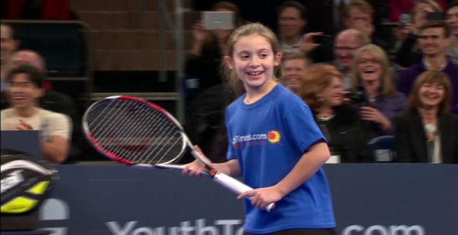 طفلة صغيرة تظهر موهبة كبيرة في التنس أمام رافاييل نادال