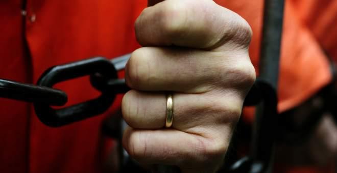 تونسي محكوم بالمؤبد يخطف قلب فتاة تعيش بأوروبا ليتزوجها وهو بالسجن
