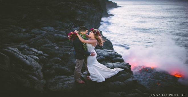 زوجان مغامران يحتفلان بارتباطها قرب بركان نشط