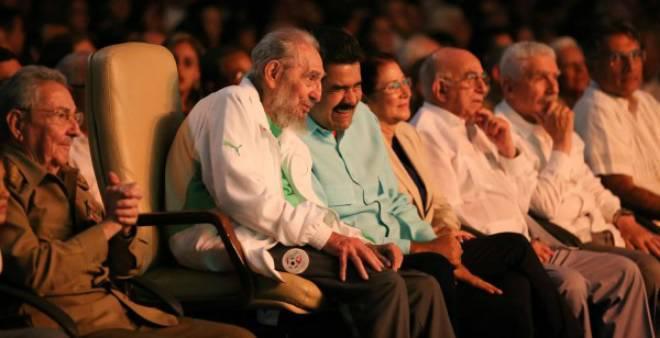 الزعيم الكوبي فيديل كاسترو يحتفل بميلاده بزي المنتخب الجزائري