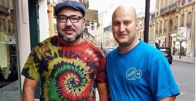 عامل نظافة مغربي يلهب الفيسبوك بتقبيله كتف الملك