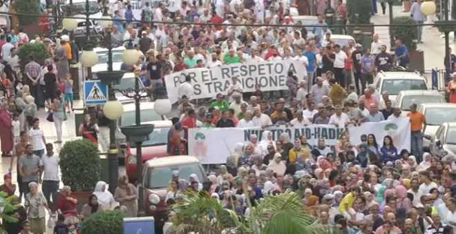 بالفيديو. مغاربة مليلية يحتجون ضد منعهم من الأضاحي المغربية