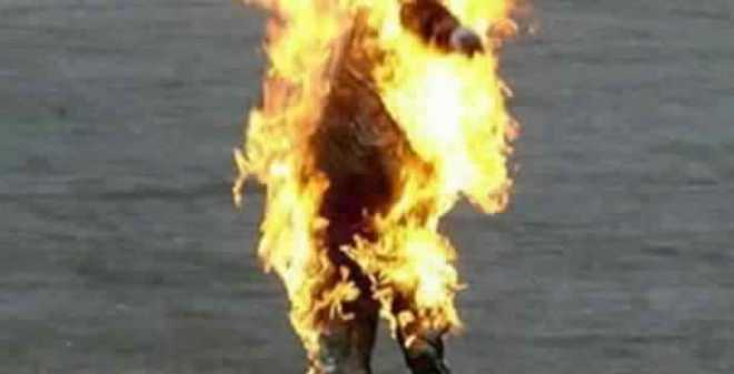حارس سيارات يضرم النار في جسده بسوق في الهراويين