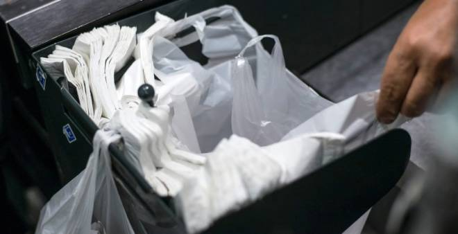 بعد المنع.. أكياس النفايات ''تنقذ'' عمال ''الميكا'' من التشرد