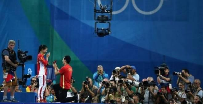 تتويج بالأولمبياد يتحول إلى طلب للزواج على المنصة