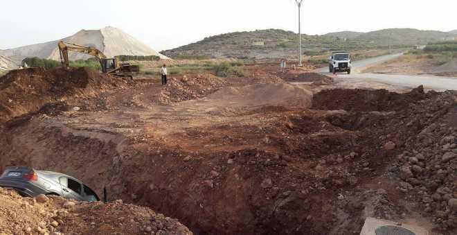 حفرة غائرة بضواحي بني ملال تتصيد السيارات في غياب علامات التشوير