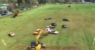 """مباراة في كرة القدم بين """"حفار"""" وعدد من السيارات"""
