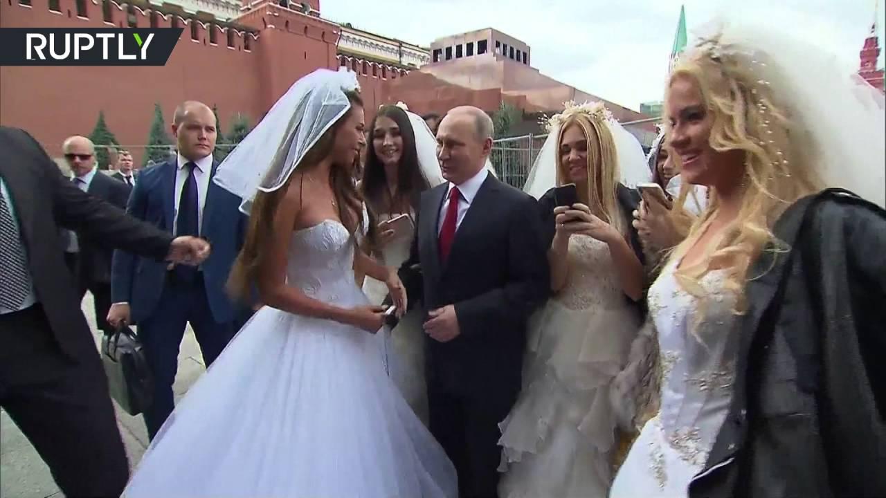 بالفيديو.. الرئيس الروسي بوتين محاط بحسنوات لالتقاط صور