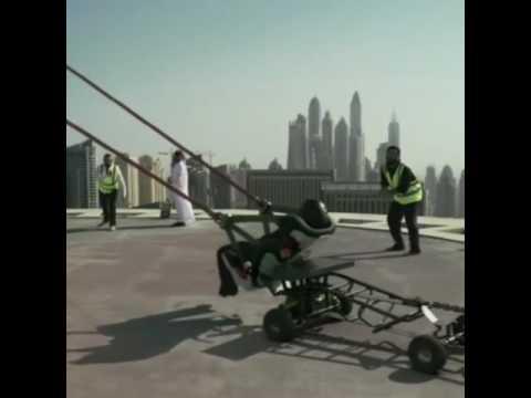 شاهد.. قدف شخص في سماء دبي بواسطة مقلاع وتحدث الفاجعة !!