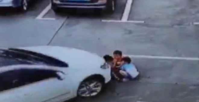صادم.. سائقة تدهس 3 أطفال بسيارتها أثناء تحدثها على الهاتف
