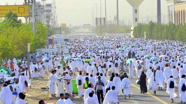 ملايين الحجاج يقصدون عرفات.. ومتطوعون يخففون ''الحرارة'' بطريقة خاصة