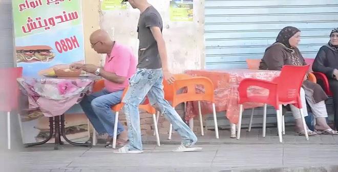 أول تجربة اجتماعية مغربية متشرد يطلب الأكل.. شاهدوا ردة فعل الناس