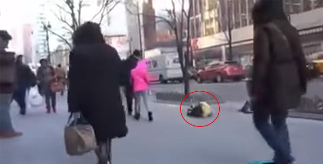 طفل متجمد في شوارع نيويورك مرت ساعتين لم يلتفت له احد .. وفجأة حصل مالم يكن متوقع