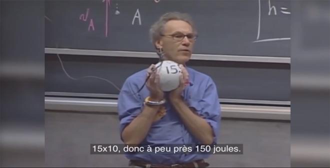 بالفيديو.. استاذ يخاطر بحياته من اجل اثباث نظرية فزيائية