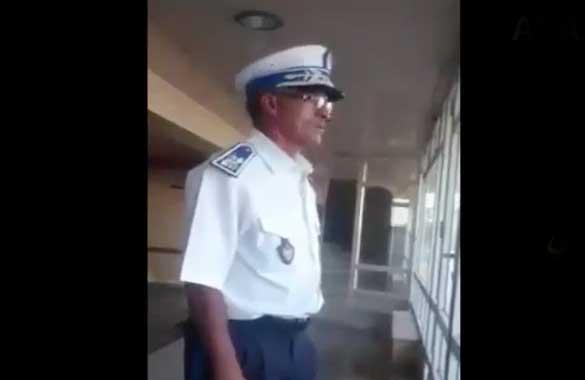 شرطي مغربي يجود القرأن الكريم بصوت جميل