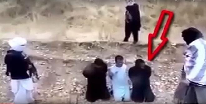 أسير شجاع يخطف سلاح داعشي قبل تنفيذ الإعدام به