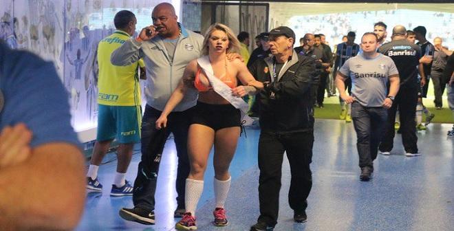 بالفيديو.. برازيلية تتجاوز الأمن وتقتحم ملعب مباراة كرة القدم