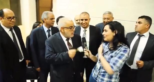 صحافية تهدي بنكيران وردة وداع وقالت له غادي نتوحشوك شاهد ردة فعل بنكيران !