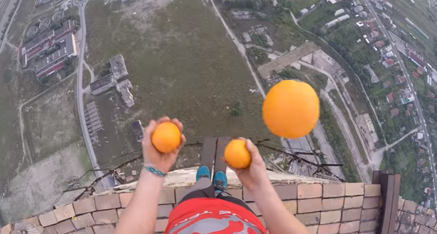بالفيديو.. مغامر يتحدى الموت على ارتفاع 256 مترا