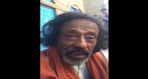 بالفيديو.. رجل مسن ومشرد في شوارع تعز يفاجئ الناس بدرجته العلمية وفصاحته