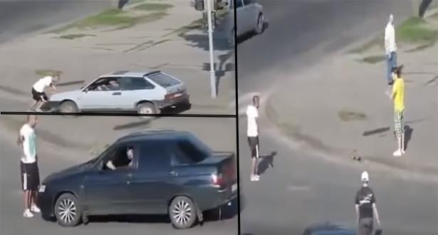 بالفيديو.. اعترض طريق السيارات فكان هذا جزاؤه