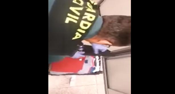 شاهد ماذا ضبطت الشرطة الإسبانية عند تفتيشها حقيبة مسافر