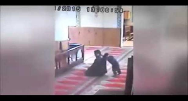 طفل يزعج والده أثناء صلاته في المسجد..شاهد ماذا فعل الأب عند إنتهاءه !