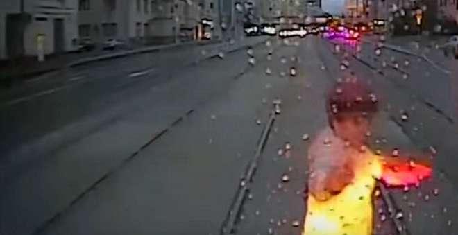 فيديو مروع لسيدة تلقى مصرعها دهسا تحت عجلات الترامواي