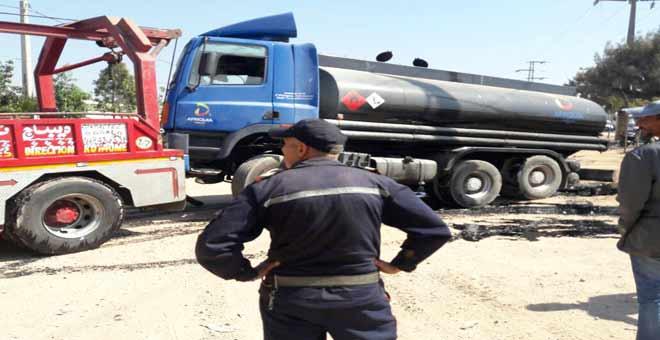 شاحنة لنقل المحروقات تصدم شابين على قارعة الطريق بالبيضاء