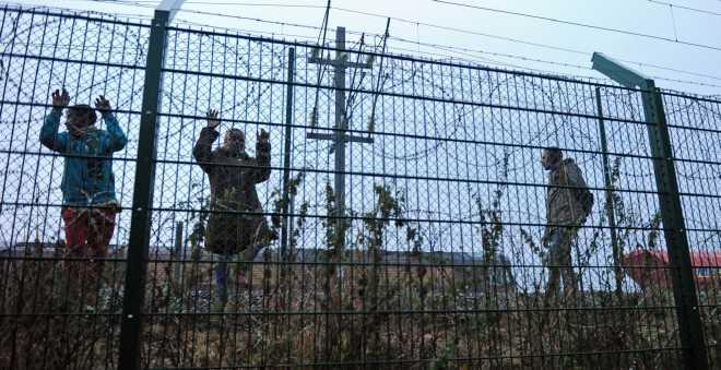بريطانيا تبني جدار عازلا لمنع لاجئي كالي من دخول أراضيها