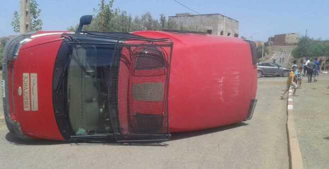 بعد حادثة سيارة الشرطة.. انقلاب سيارة إسعاف إثر اصطدام قوي