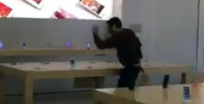 بالفيديو.. شخص يقتحم متجر