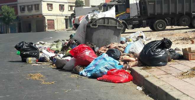 بالصور. البيضاء تغرق في النفايات بعد عيد الأضحى!